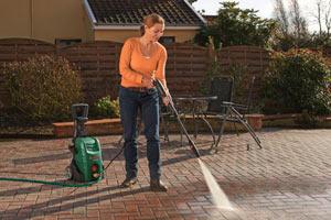 La donna pulisce strada privata